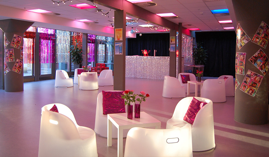 Temafest med lilla lounge